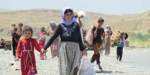 Des yézidis fuient la violence du groupe armé Etat islamique vers la frontière syrienne