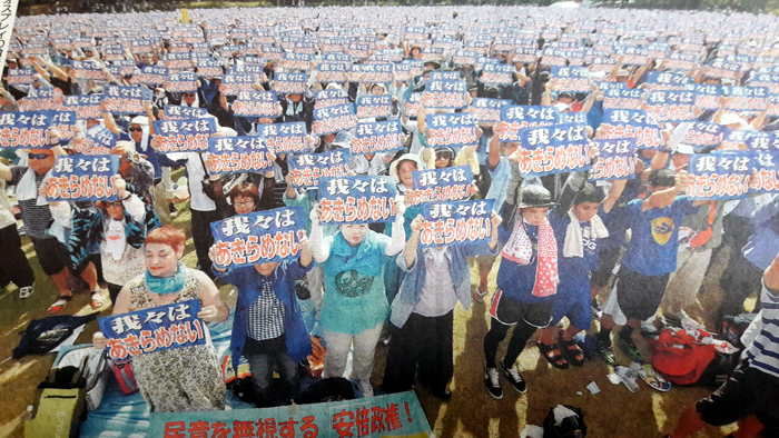 manifestant à Okinawa demandent la ermeture de la base militaire