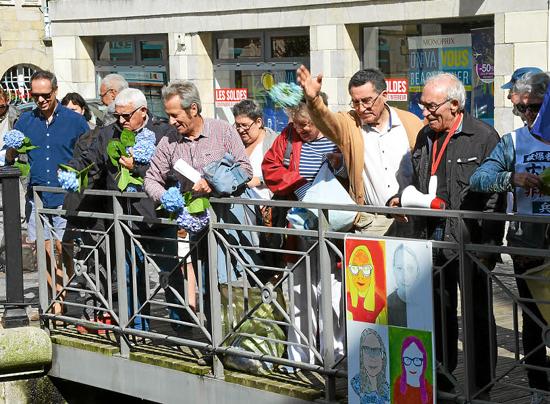 Des militants du Mouvement de la paix ont jeté des fleurs