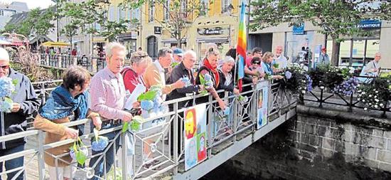 des fleurs dans le Steir pour se souvenir de Hiroshima