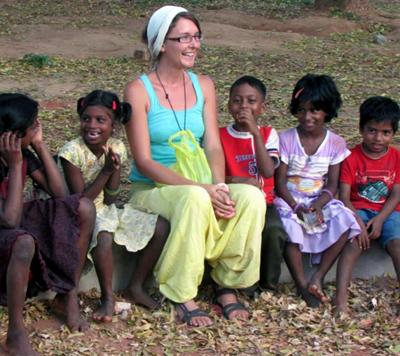 Lisa Silvestre avec des enfants en Inde