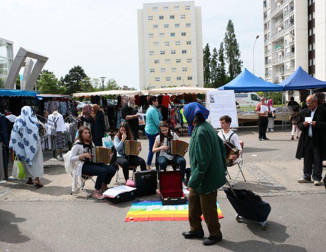 Des jeunes accordéonistes à la marché le Blosne