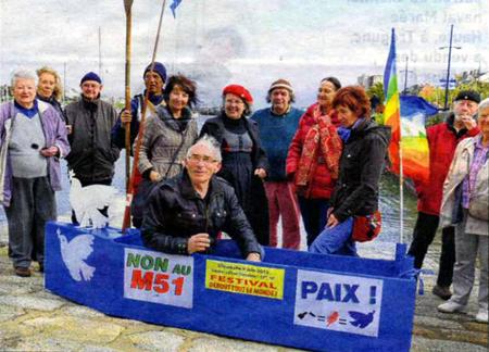 Mise à l'eau d'un bateau en carton par le Mouvement de la Paix