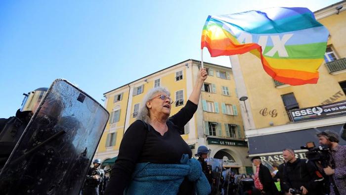 Geneviève Legay avec un drapeau de paix le 23 mars 2019